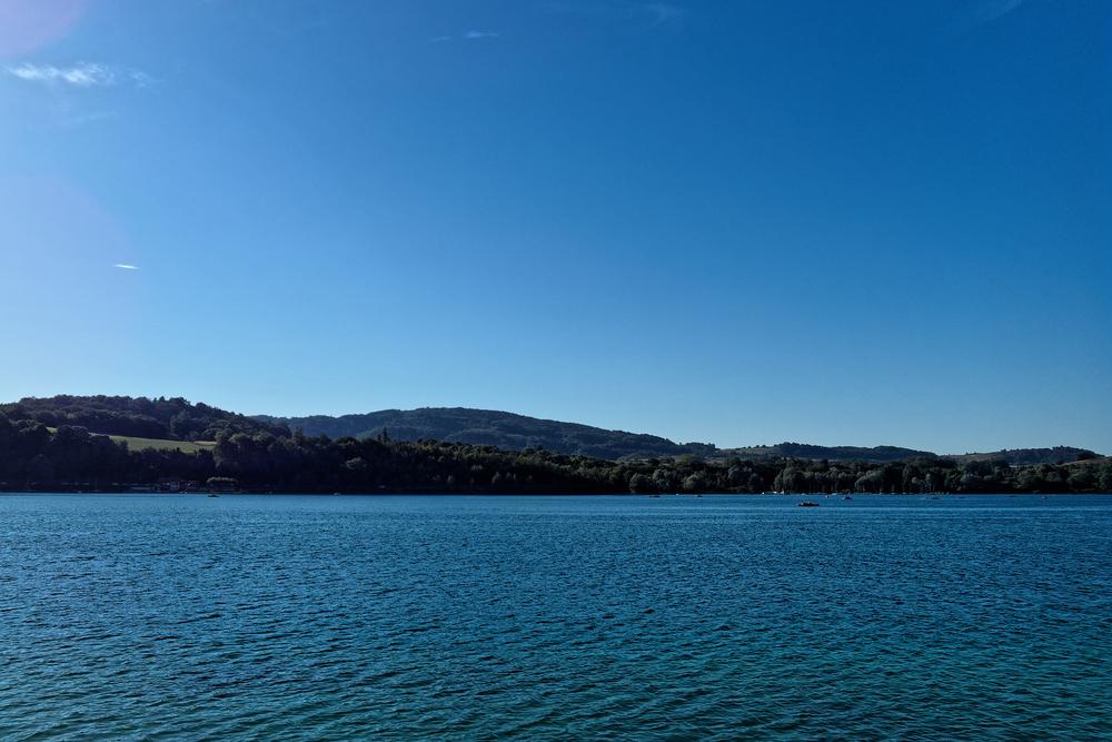 Rhône Alpes - 100 emplacements - proche d'un lac en position dominante.