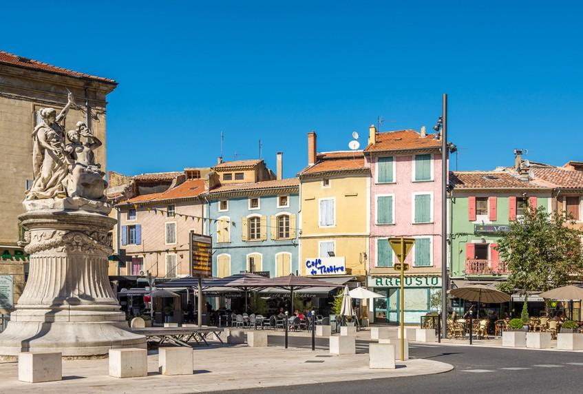 Hôtel-bureau au cœur d'une ville touristique de Provence.